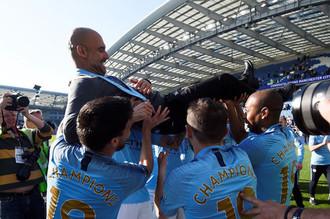 Футболисты «Ман Сити» качают Хосепа Гвардиолу после завоевания чемпионского титула