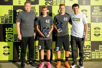 Леонид Слуцкий (слева), Алан Дзагоев (справа) и два победителя российского этапа отбора Nike Most Wanted
