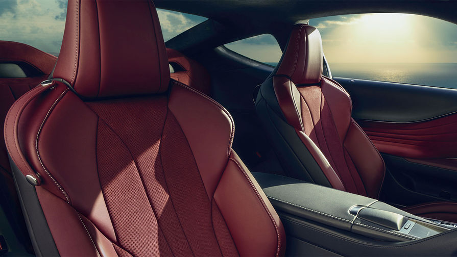 В купе LC500 есть и два задних креслица, но, несмотря на солидную длину автомобиля в 4770...