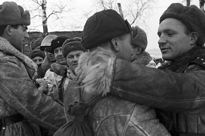 Встреча бойцов Волховского и Ленинградского фронтов в районе рабочего поселка № 1 во время операции по прорыву блокады Ленинграда. (Операция «Искра»), 18 января 1943 года