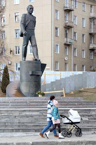 Памятник космонавту Юрию Гагарину скульптора Ю.Чернова на набережной Космонавтов в Саратове