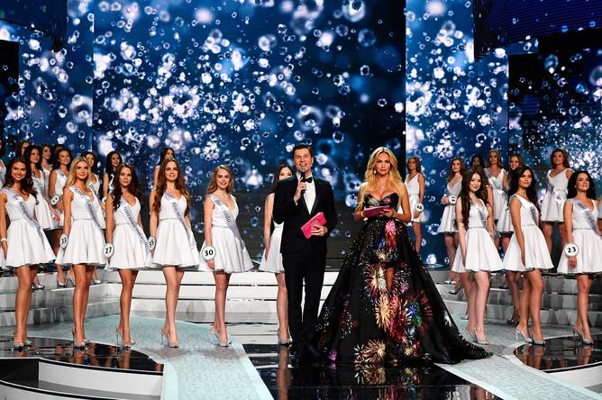 Ведущие Виктория Лопырева и Максим Привалов в финале конкурса «Мисс Россия – 2017»