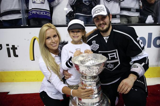 Вячеслав Войнов с женой и ребенком