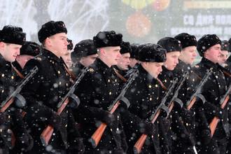 Военнослужащие в форме времен Великой Отечественной войны во время генеральной репетиции парада в честь 75-летия снятия блокады Ленинграда на Дворцовой площади в Санкт-Петербурге, 24 января 2019 года