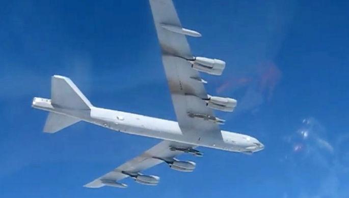 Стратегический бомбардировщик США B-52 совершает полет над Балтийским морем (кадр из видео)