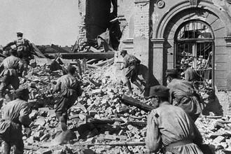 Бойцы польской пехоты во время боя в предместье Варшавы, 1944 год
