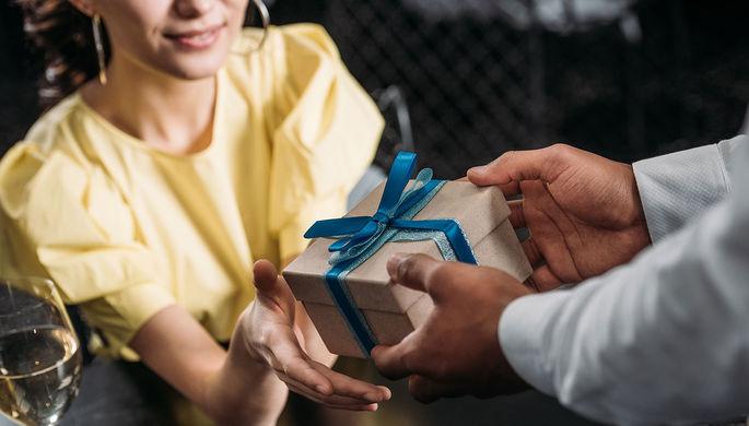 Любишь — дари: китайских мужчин заставили раскошелиться