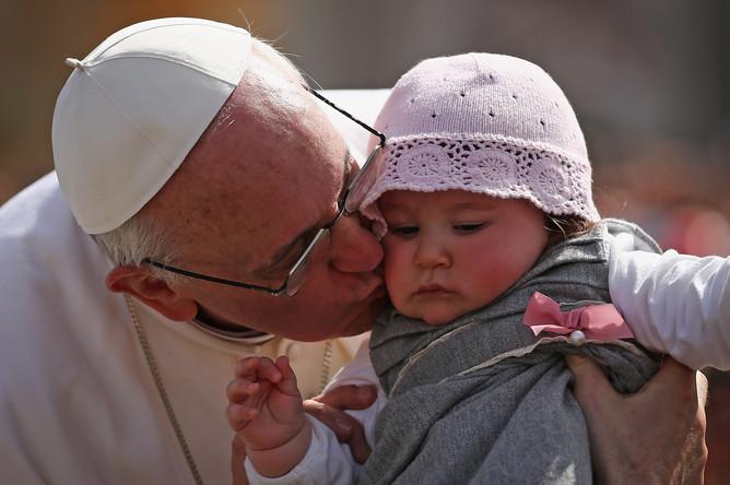 Папа Римский Франциск благословляет 8-месячную девочку с острова Сицилия