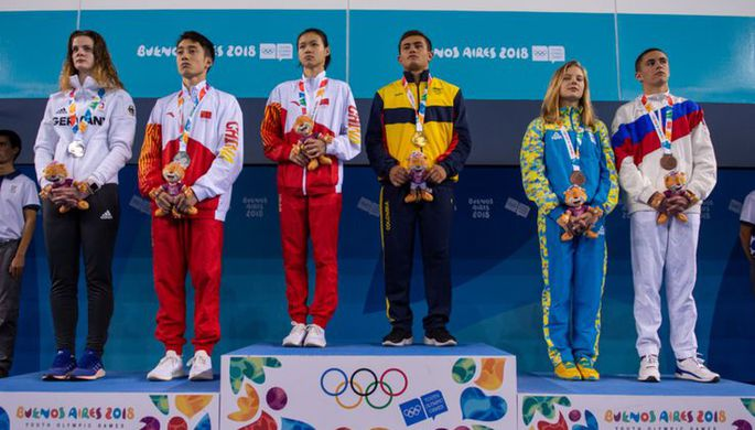 Награждение смешанных дуэтов по прыжкам в воду на юношеских Играх-2018