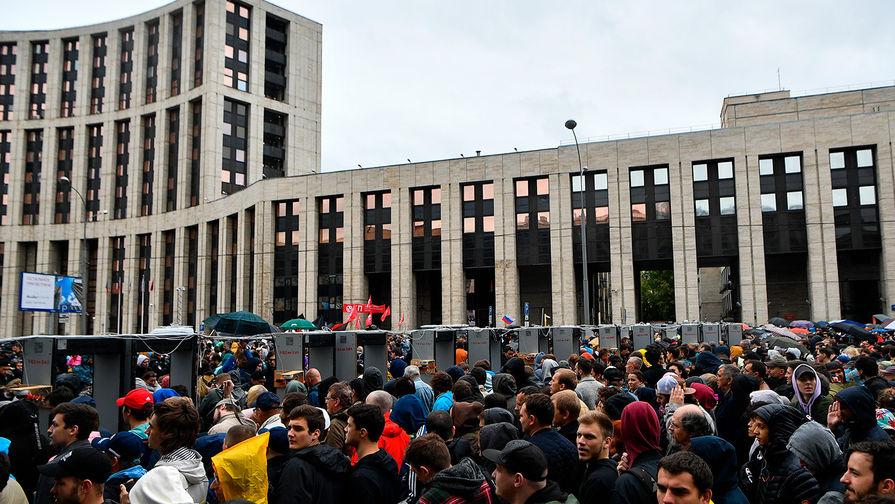 Участники митинга в поддержку незарегистрированных кандидатов в Мосгордуму на проспекте Академика Сахарова в Москве