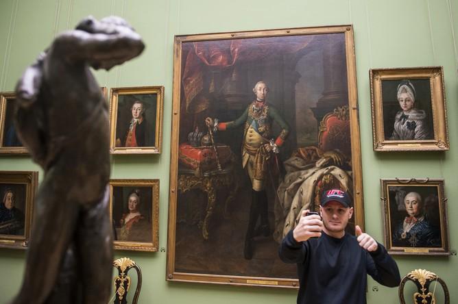 Посетитель фотографируется на фоне картины «Портрет императора Петра III» художника А.П. Антропова в Государственной Третьяковской галерее в рамках акции «Ночь искусств» в Москве