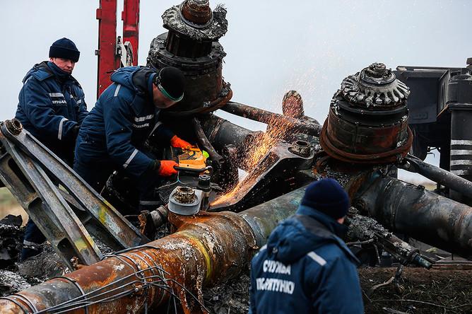Погрузка обломков пассажирского самолета «Малайзийских авиалиний» Boeing 777, разбившегося 17 июля в районе села Грабово