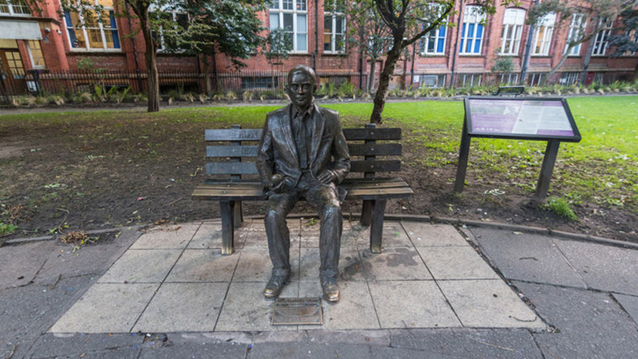 Памятник Алану Тьюрингу в Манчестере (Великобритания)