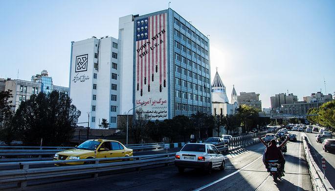 Антиамериканский рисунок на стене здания в Тегеране, октябрь 2017 года