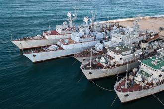 Военные корабли, которые ранее входили в состав военно-морских сил Украины, в бухте Севастополя, январь 2018