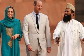 Герцогиня Кембриджская Кэтрин и принц Уильям во время посещения мечети Бадшахи в пакистанском Лахоре, 17 октября 2019 года