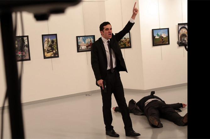 На месте покушения на российского посла в Турции (слева на фото подозреваемый в нападении на посла)