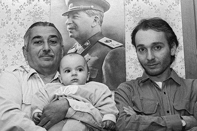 Внук Сталина Евгений Джугашвили, правнук Виссарион Евгеньевич и праправнук Иосиф Виссарионович в Тбилиси, 1995 год