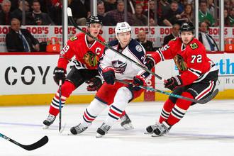 Артемий Панарин (справа) в матче чемпионата НХЛ «Чикаго» — «Коламбус»