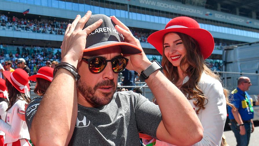 Гонщик команды «Макларен» Фернандо Алонсо во время парада пилотов на российском этапе чемпионата мира по кольцевым автогонкам в классе «Формула-1»