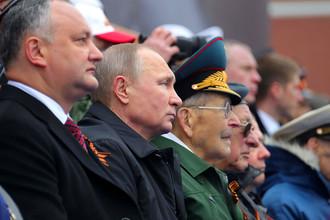 Владимир Путин и президент Молдавии Игорь Додон (слева) на военном параде в ознаменование 72-й годовщины Победы в Великой Отечественной войне, 9 мая 2017 года