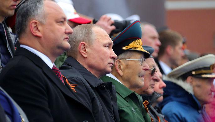 Владимир Путин и президент Молдавии Игорь Додон (слева) на военном параде в ознаменование 72-й...