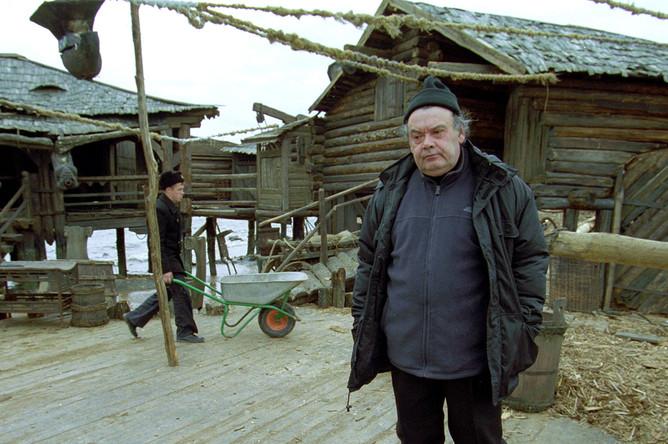 Алексей Герман на фоне декораций к своему фильму «Трудно быть богом», 2001 год