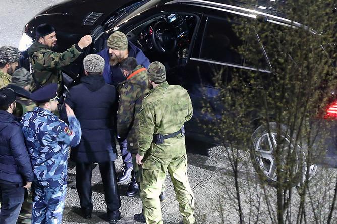 Глава Чечни Рамзан Кадыров (в центре на дальнем плане) у жилого дома в Грозном, где произошел пожар, 26 марта 2018 года