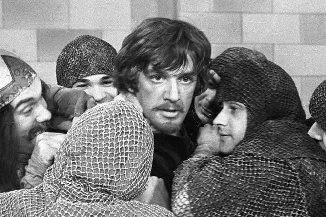 Александр Абдулов в роли Робин Гуда в сцене из телеспектакля «Художник из Шервудского леса», 1980 год
