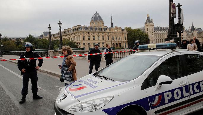 Сотрудники французской полиции около полицейского управления Парижа, 3 октября 2019 года