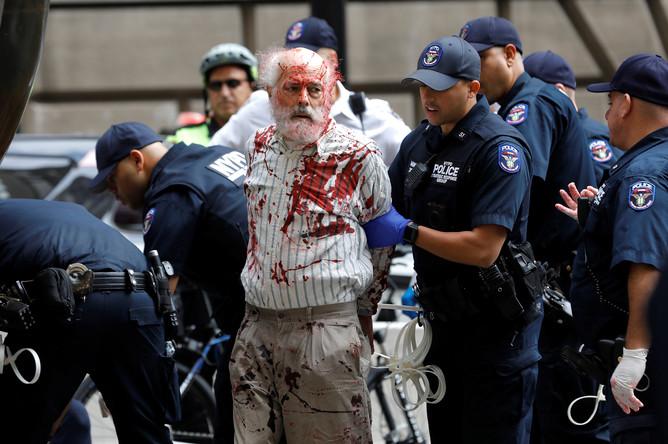 Протестующие возле статуи «Атакующий бык» на Уолл-Стрит в Нью-Йорке, 7 октября 2019 года