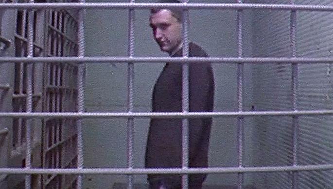 Активист Константин Котов (на экране), ранее осужденный на четыре года колонии за неоднократные нарушения правил проведения митингов, во время пересмотра дела в Мосгорсуде (кадр из видео)