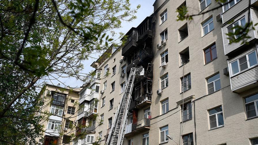На месте пожара в жилом доме на Фрунзенской набережной в Москве, 14 мая 2020 года