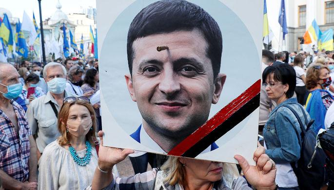 С пулей во лбу: сторонники Порошенко протестуют возле Рады