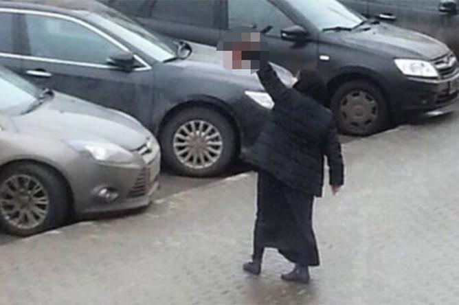 Женщина с головой ребенка в руке у станции «Октябрьское Поле» в Москве
