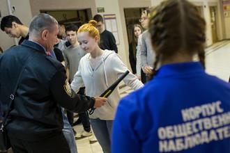 Проверка школьников на входе перед проведением ЕГЭ в гимназии №1540 в Москве