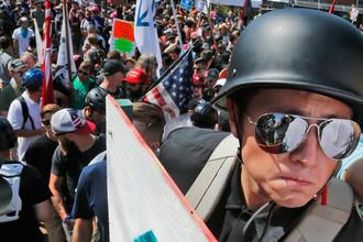 Националисты во время демонстрации около входа в парк Ли в Шарлотсвилле, штат Вирджиния, 12 августа 2017 года
