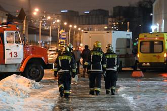 Сотрудники МЧС около входа в супермаркет в Санкт-Петербурге после взрыва, 27 декабря 2017 года