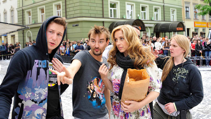 Режиссер Алан Бадоев и певица Лара Фабиан (в центре) на съемках музыкального фильма А.Бадоева «Мадемуазель Живаго» во Львове, 2010 года