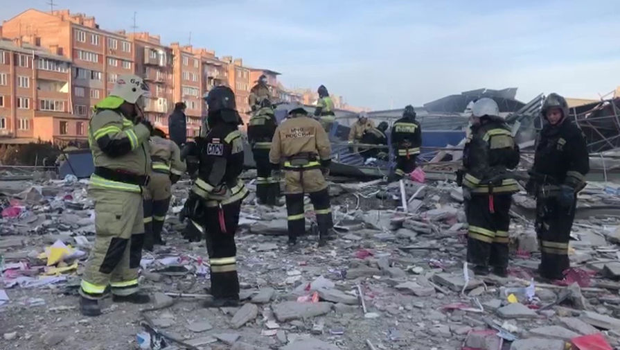 Сотрудники МЧС России разбирают завалы на месте взрыва в супермаркете на улице Гагкаева во Владикавказе, 12 февраля 2021 года