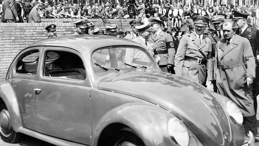 Адольф Гитлер и Фердинанд Порше во время церемонии закладки первого камня в будущий автомобильный завод Volkswagen, 1938 год