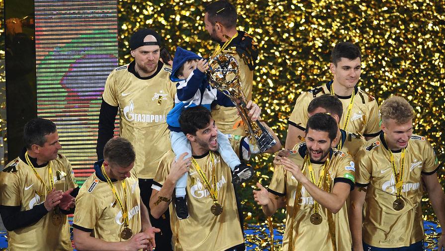 Игроки «Зенита» на церемонии награждения после матча чемпионата России по футболу против команды «Локомотив», 2 мая 2021 года