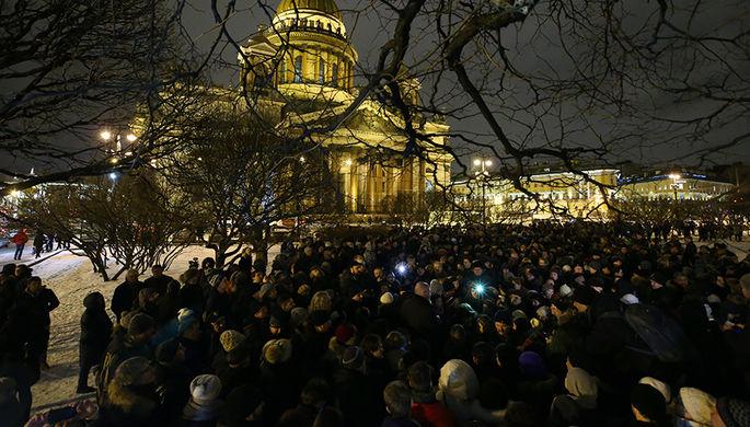 Участники акции протеста против передачи Исаакиевского собора в безвозмездное пользование РПЦ, 13 января 2017 года