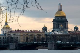 Вид на Исаакиевский собор с пляжа Петропавловской крепости в Санкт-Петербурге