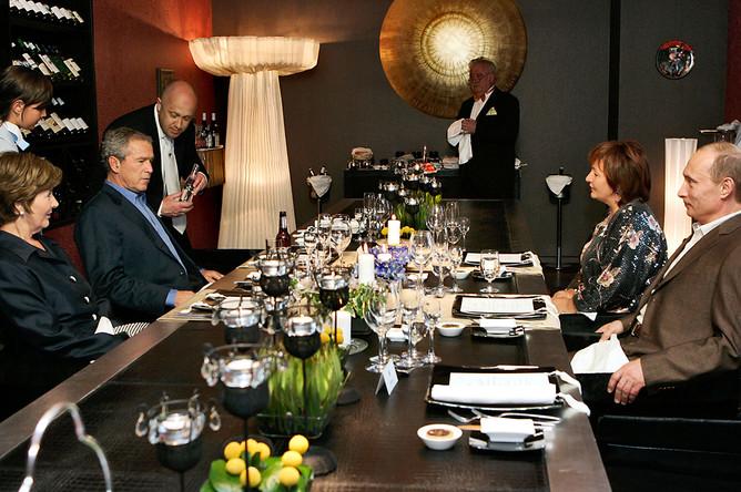 Ужин президентов США и России Джорджа Буша и Владимира Путина с супругами Лорой и Людмилой в Стрельне, 14 июля 2006 года. Слева на снимке рядом с Бушем — ресторатор Евгений Пригожин