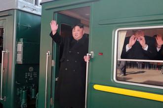 Высший руководитель КНДР Ким Чен Ын в дверях поезда на станции в Пхеньяне. Фотография опубликована агентством ЦТАК 23 февраля 2019 года