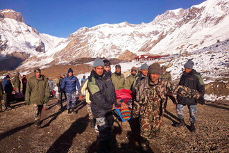 Спасатели в Непале ищут около 85 туристов после схода лавины в Гималаях