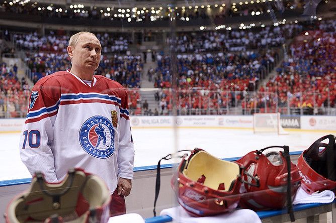 Президент РФ Владимир Путин во время гала-матча Ночной хоккейной лиги в ледовом дворце «Большой»
