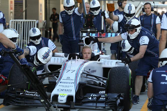 Работа механиков команды Williams перед началом российского этапа чемпионата мира по кольцевым автогонкам в классе «Формула-1»