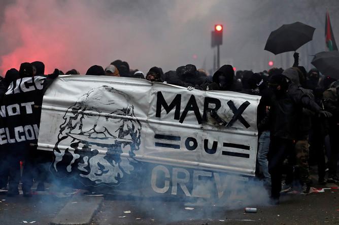 Участники акции протеста в Париже против пенсионной реформы, 5 декабря 2019 года